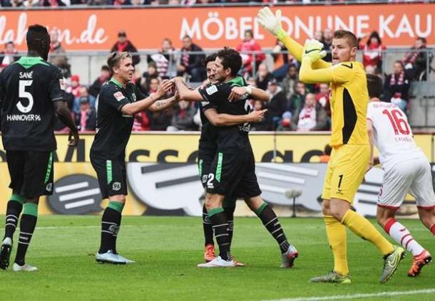 Review Hannover Serta Stuttgart Keluar Dari Zona Merah